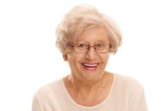 在一个快乐的资深夫人的特写镜头 免版税库存照片