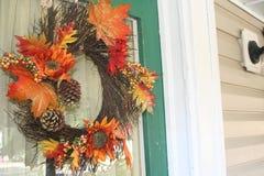 在一个愉快的家的门的秋天花圈 免版税库存照片