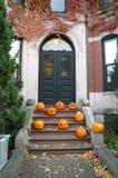在一个房子前面的南瓜秋天的 库存照片