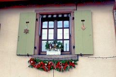 在一个房子前面的圣诞节装饰品在一个小村庄阿尔萨斯 图库摄影