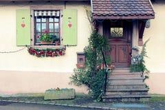 在一个房子前面的圣诞节装饰品在一个小村庄阿尔萨斯 免版税库存图片