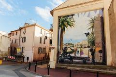 在一个房子的墙壁上的街道画在戛纳 库存照片