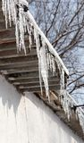 在一个房子的屋顶的冰柱在冬天 库存图片