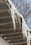 在一个房子的屋顶的冰柱在冬天 图库摄影