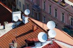在一个房子的屋顶的卫星盘有裁减路线的 库存照片