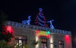 在一个房子的屋顶的圣诞节装饰在斯代罗特本古理安街道上的在海法在以色列 库存照片