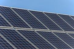 在一个房子的屋顶的太阳电池板反对蓝天的 免版税图库摄影
