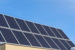 在一个房子的屋顶的太阳电池板反对蓝天的 图库摄影
