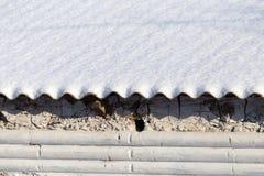 在一个房子的屋顶的雪作为背景 免版税库存照片