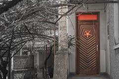 在一个房子的木入口有被扭转的五角星形的 库存图片