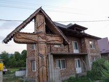 在一个房子附近的老传统耶稣受难象在Maramures,罗马尼亚 库存图片