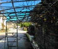 在一个房子围场外面在科孚岛海岛 免版税库存图片