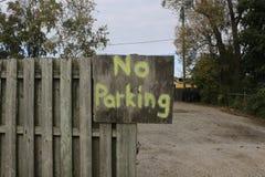 在一个手工制造标志的禁止停车标志 免版税库存照片