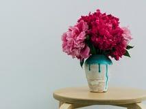 在一个手工制造花瓶的红色牡丹 图库摄影