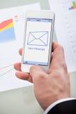 在一个手机的新的电子邮件象 免版税库存图片