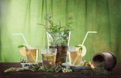 在一个投手的冰茶有三块玻璃的 免版税库存照片