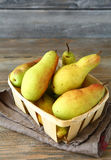 在一个抽屉的梨在餐巾 免版税库存照片