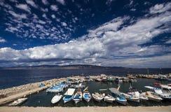 在一个捕鱼港口的小船在九头蛇海岛,希腊 免版税库存照片