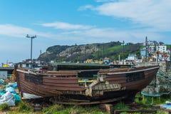 在一个捕鱼港口的老木被破坏的小船,在岸,再 免版税图库摄影