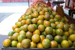 在一个摊位的新鲜的蜜桔桔子在坚果,曼谷,泰国的出售的 免版税库存图片