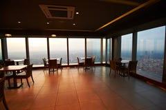 在一个摩天大楼的屋顶上面的咖啡馆日落的 库存图片