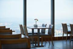 在一个摩天大楼的屋顶上面的咖啡馆日落的 图库摄影