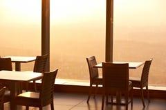 在一个摩天大楼的屋顶上面的咖啡馆日落的 免版税库存照片