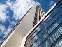 在一个摩天大楼的玻璃门面的反射在法兰克福, Ger 库存照片