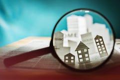 在一个放大透镜下的纸房子 免版税图库摄影