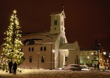在一个教会前面的圣诞树在雷克雅未克 库存照片