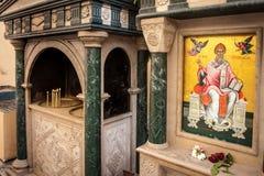 在一个教会前面的宗教图片在科孚岛,希腊 库存图片