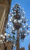 在一个教会旁边的灯在拉巴特,马耳他 免版税库存图片