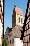 在教会尖顶的鹳的巢 免版税库存图片