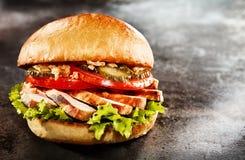 在一个敬酒的小圆面包的新鲜的鸡胸脯汉堡 免版税库存图片