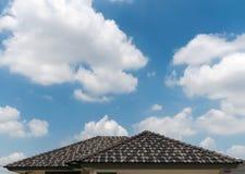 在一个新房的灰色瓦屋顶有清楚的蓝天背景 免版税图库摄影