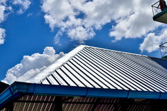 在一个新房的黑瓦屋顶有蓝天的 免版税库存照片