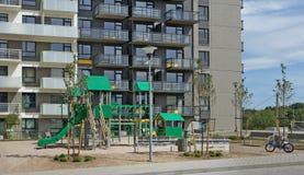 在一个新房附近的公开现代儿童操场 免版税图库摄影