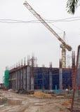 在一个新的产业大厦的建造场所的脚手架 免版税库存图片