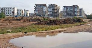 在一个新的住宅区附近的一个巨大的水坑 库存照片