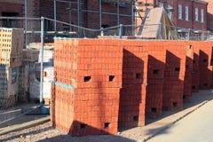 在一个新的修造站点堆积的新的砖 免版税库存照片