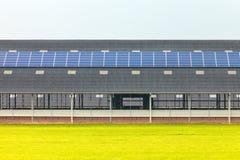 在一个新的农厂谷仓的太阳电池板 图库摄影