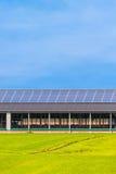 在一个新的农厂谷仓的太阳电池板 免版税库存照片