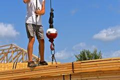 在一个新的木大厦的上面被举的捆在cionstruction下 库存图片