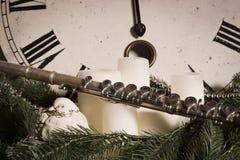在一个新年时钟附近的老长笛 免版税库存图片