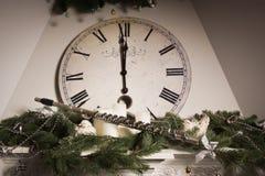 在一个新年时钟附近的老长笛 库存照片