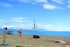 在一个旅游季节前使准备靠岸在托雷莫利诺斯角,太阳海岸 免版税库存图片