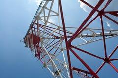 在一个无线电铁塔之下 免版税库存照片