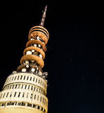 在一个无线电铁塔后的星 免版税库存图片