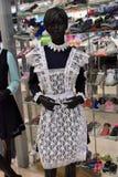在一个时装模特的校服在服装店 免版税库存照片