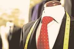 在一个时装模特的男性服装在人服装店 免版税库存图片